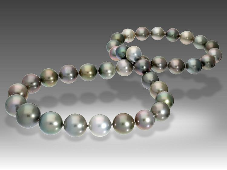 Very fine Tahiti Pearl necklace of first quality