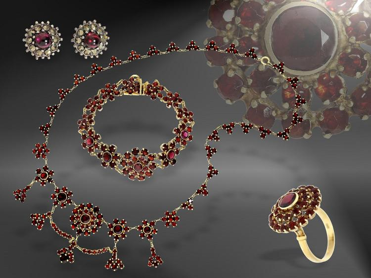 Necklace, bracelet and ring with garnet, high quality in solid gold