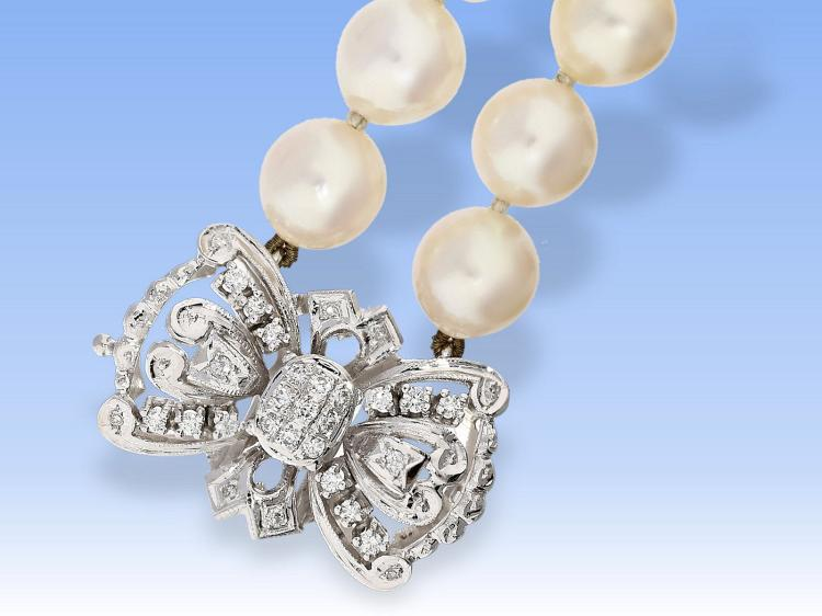 Pearl necklace with high quality diamond clasp