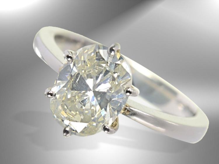 Platinum ring with large diamond of 2ct