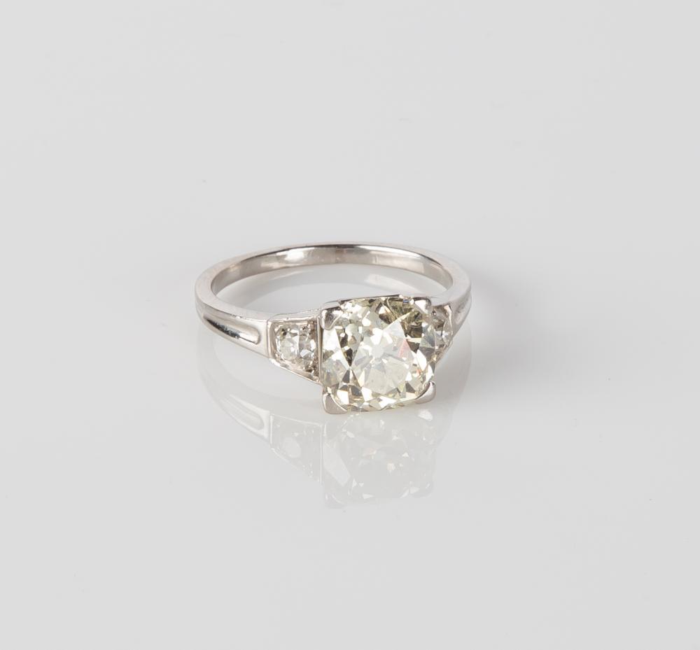 Ladies Platinum Vintage Diamond Ring