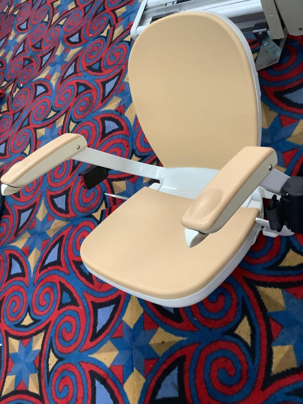 Lot 42: Acorn Stairlifters Superglide 130 straight stairlift with keys and manual, tested and powers up