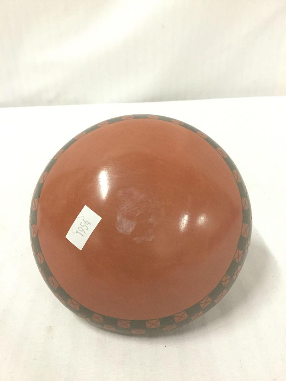 Lot 70: Ceramic vase with a checkerboard pattern from the State of Chihuahua in Mexico - signed by artist