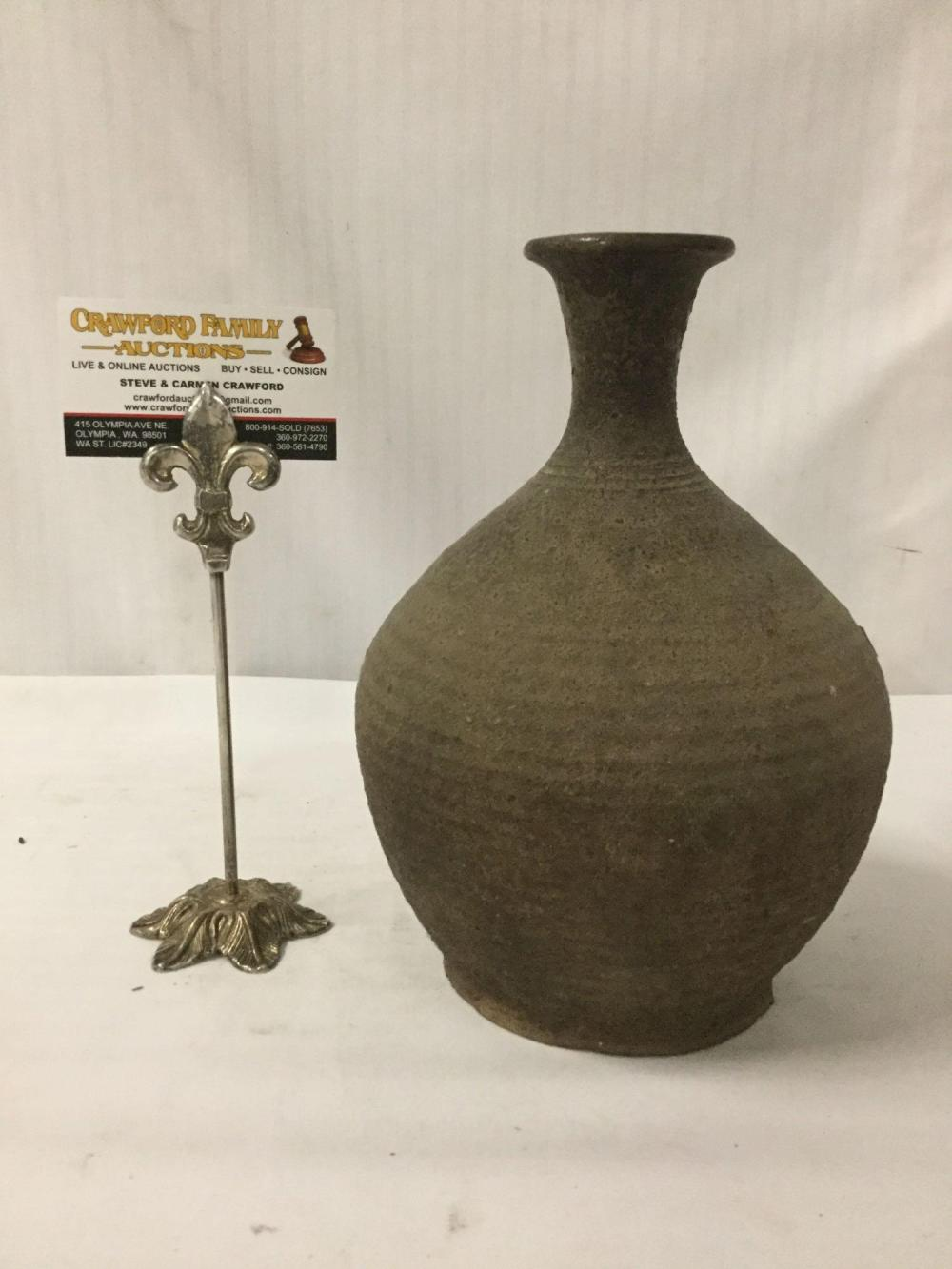 Lot 104: Old antique earthenware vase (from Sankampaeng region in Thailand), with ribbed design