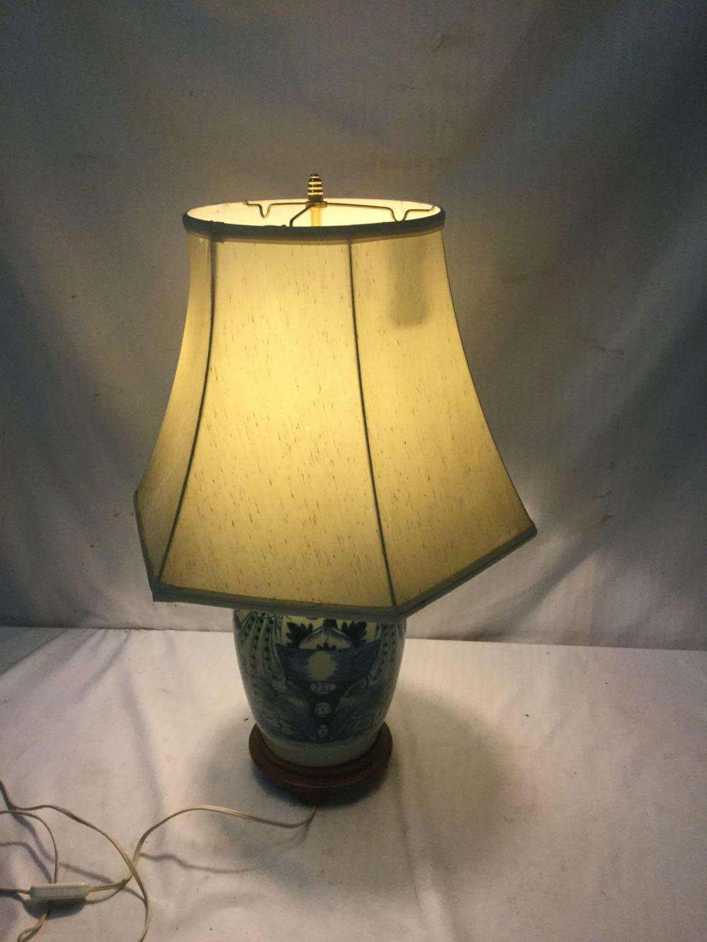 Lot 296: Hand painted vintage blue Chinese motif table lamp - tested and working