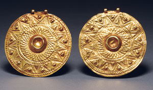 Important matched pair of Bronze Age Near Eastern gold pendants, Tel el Ajjul type