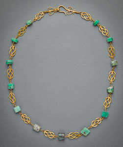 Very fine Imperial Roman gold necklace of Herakles Knot links wrapped with emerald beads
