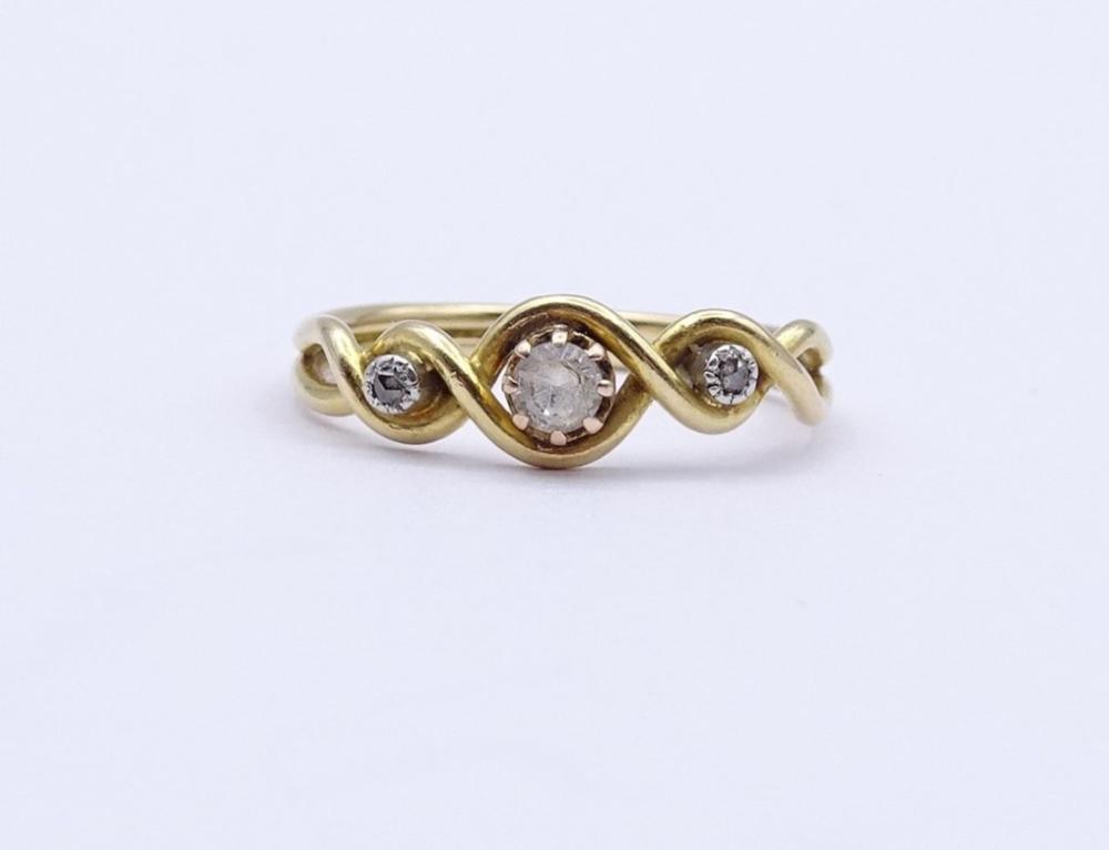 Goldring um 18K, mit zwei alten Diamanten und mittig rund facc.klarer Stein, 2,3 g.