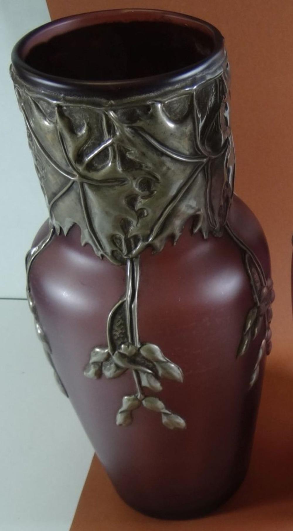 Jugendstil-Vase mit Zinnmontur, lila, Blätterdekor,