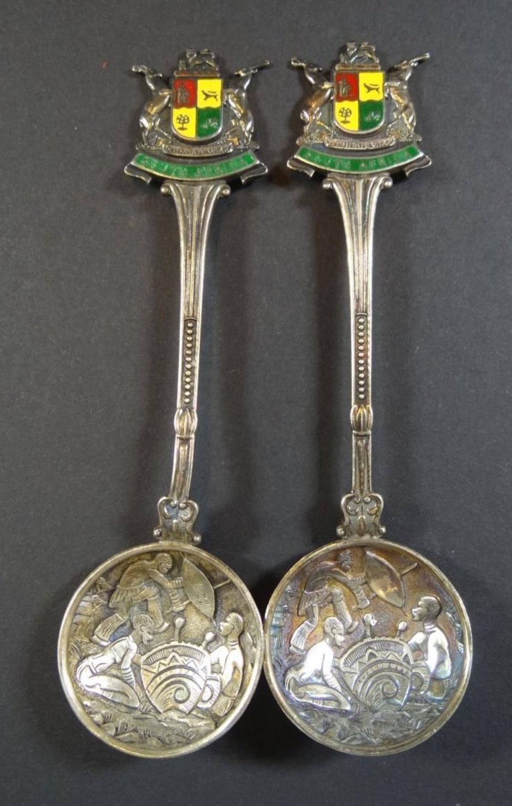 """2x Silberlöffel mit afrikan. Motiven, Wappen """"South Africa"""""""