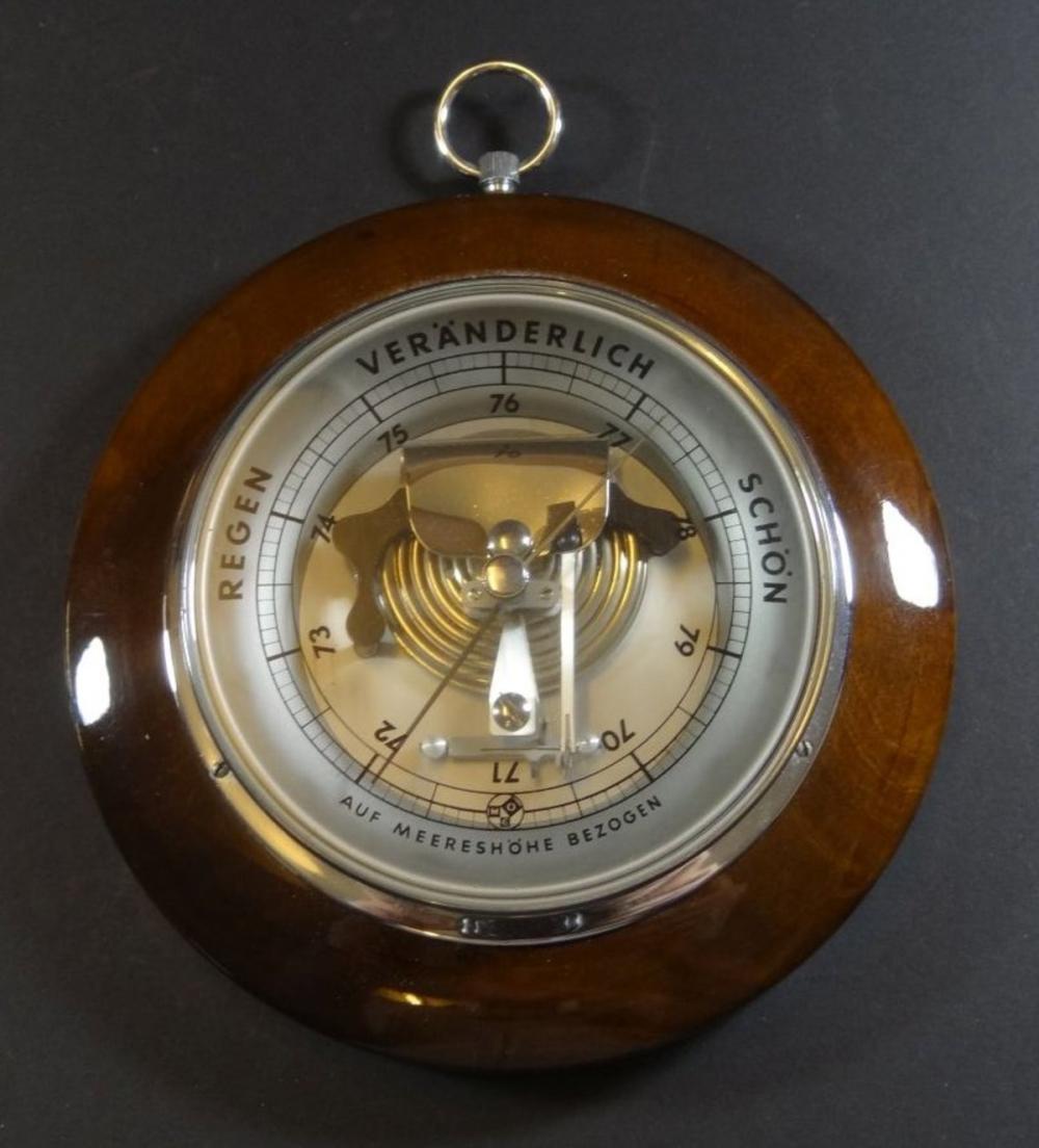 rundes Barometer in Holzgehäuse