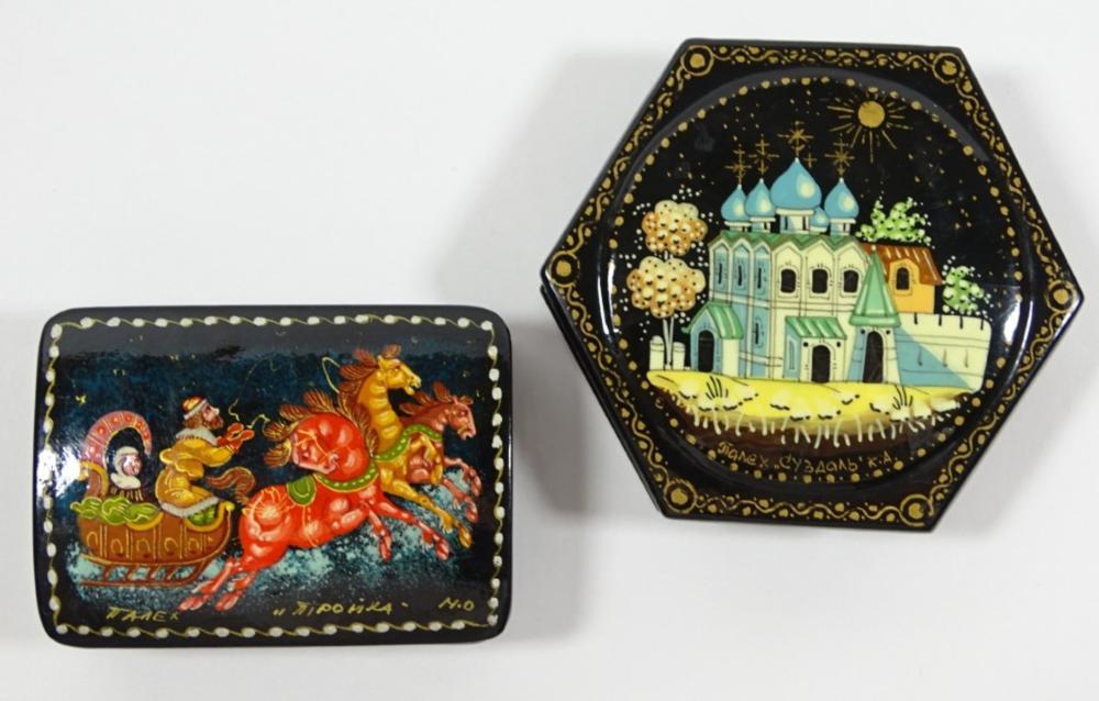 2 russische Lackdosen, kyrillisch sig., H. 3 cm