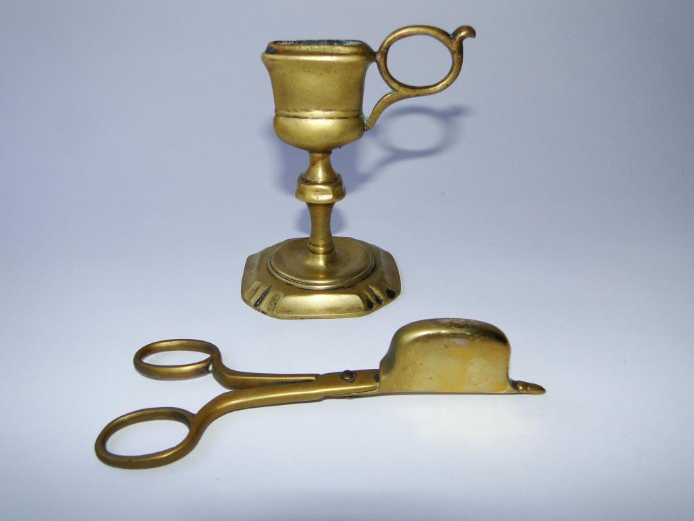 EARLY 18TH C BRASS SNUFFER AND SNUFFER STAND