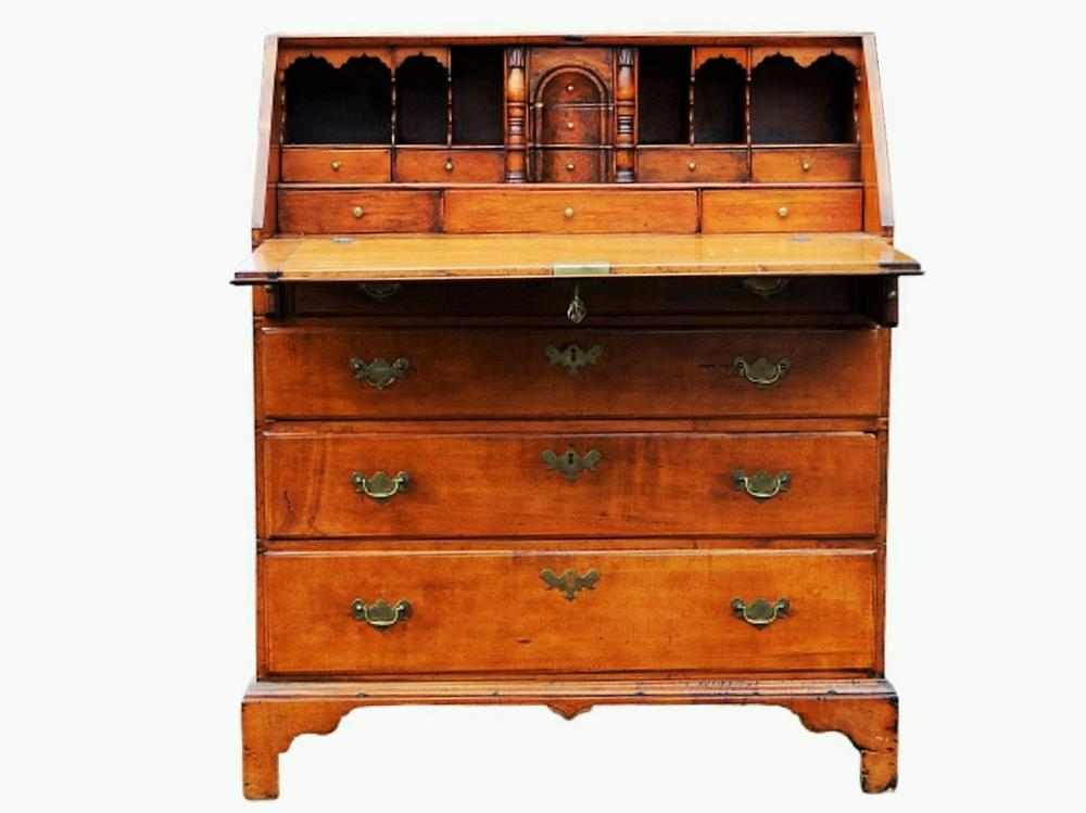 18TH C CHIPPENDALE SLANT FRONT DESK