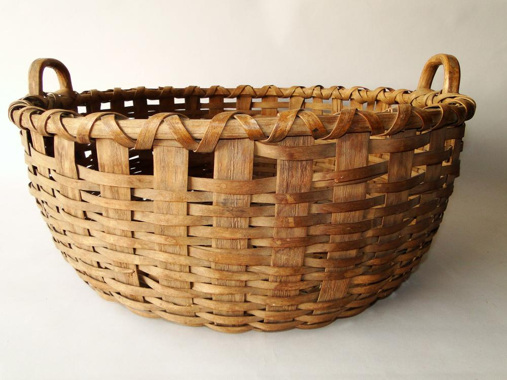 Lot 19: EARLY LARGE SPLINT WOVEN BASKET