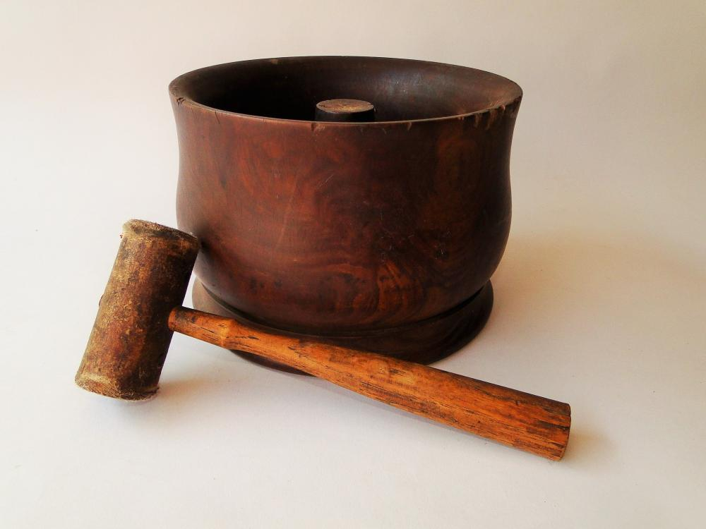 Lot 24: EARLY PRIMITIVE WALNUT BOWL CRACKER