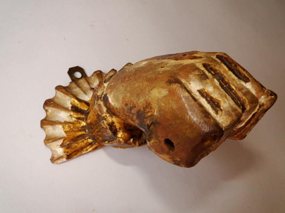Lot 27: EARLY GOLD GESSO CARVED HAND