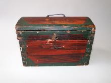 Lot 28: EARLY PRIMITIVE PAINTED DOME TOP BOX