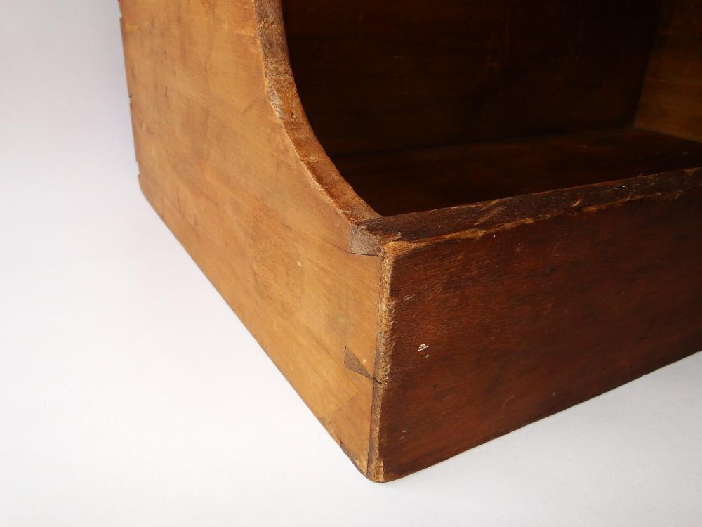 Lot 91: 19TH C SHAKER MADE SORTING TRAY