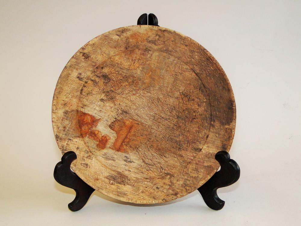 18TH C FIGURED MAPLE PLATE TREEN,