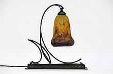French Art Deco-lamp in wrought iron, marble and pâte de verre - signed