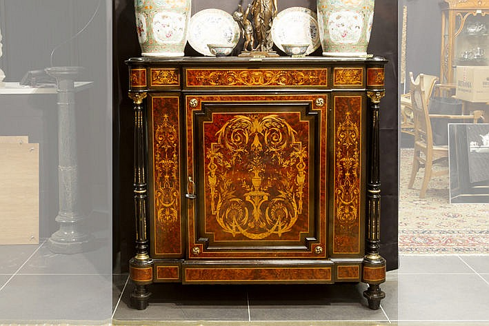 19th Cent. French neoclassical sideboard/dressoir in marquetry with fine guilded bronze mountings