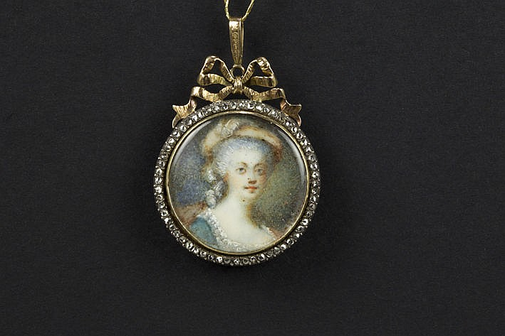 19th Cent. Louis XVI style medaillon with a portrait on ivory set in a pendant in pink gold (14 carat) with rose cut diamonds