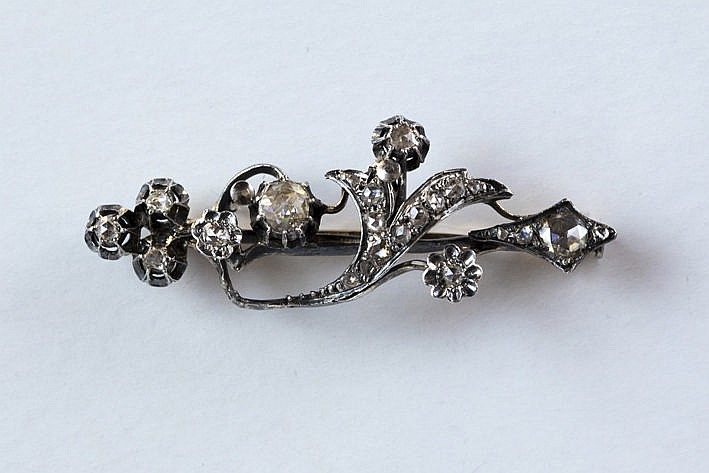 antique brooch in yellow gold (18 carat) and silver with old cut brilliants and diamonds