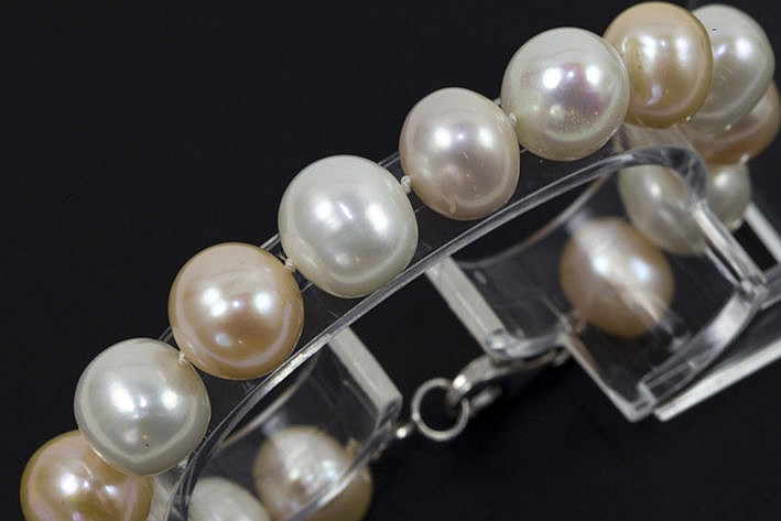 bracelet with one row of pearls