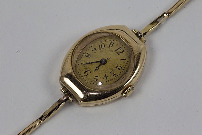antique ladies' wristwatch with its bracelet in yellow gold (14 carat)