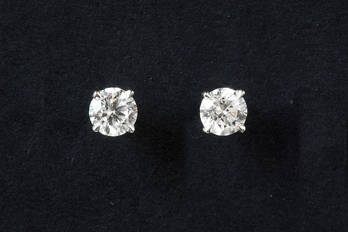 pair of earrings in white gold (18 carat) each with one high quality brilliant of ca 070 carat
