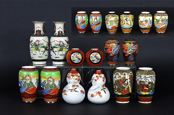 9 pairs of small Chinese and Japanese vases in porcelain