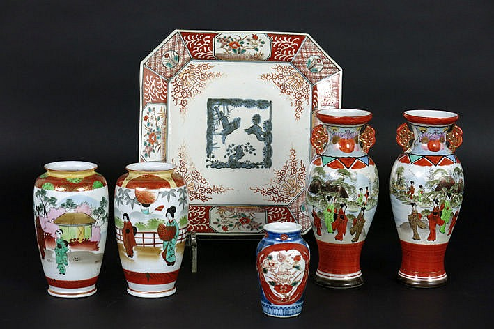 6 items in Japanese porcelain 2 pairs of vases with Kitani-decor and two with Imari-decor