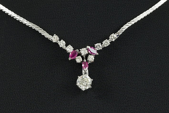 necklace in white gold (18 carat) with ca 070 carat of high quality brilliant and ca 030 carat of  ruby & with a pendant with one brilliant of ca 090 carat