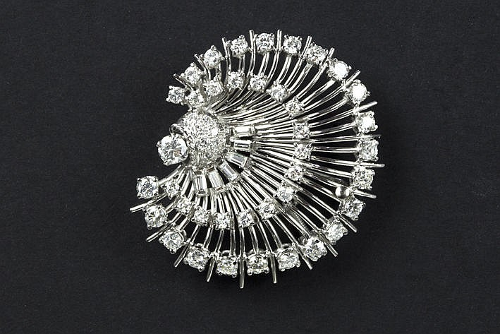brooch in white gold (18 carat) with ca 380 carat of high quality brilliant