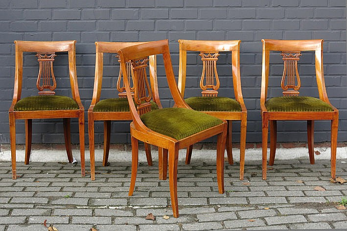 antique set with an oval table in mahogany and 5 chairs in fruitwood with lyre-shaped back support