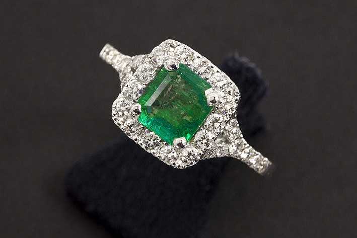 ring in white gold (18 carat) with an emerald of ca 110 carat and 050 carat of very high quality brilliant