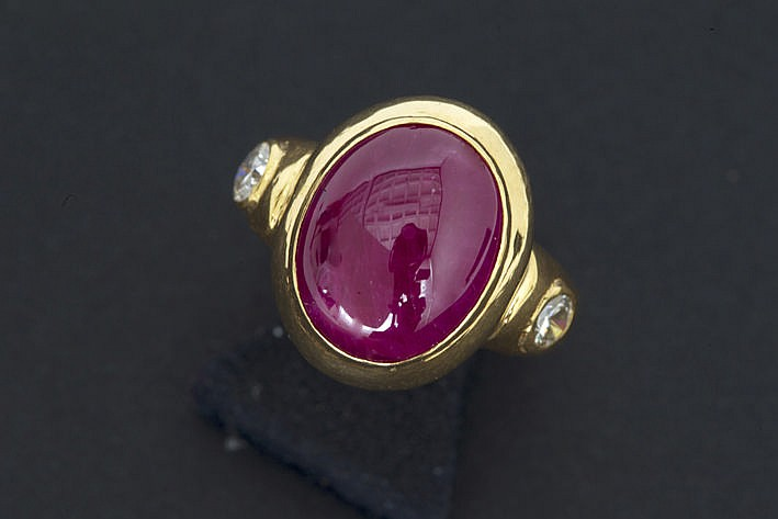Burmanese ruby of ca 10 carat set in a ring in yellow gold (18 carat) with 2 brilliants weighing more then half a carat together