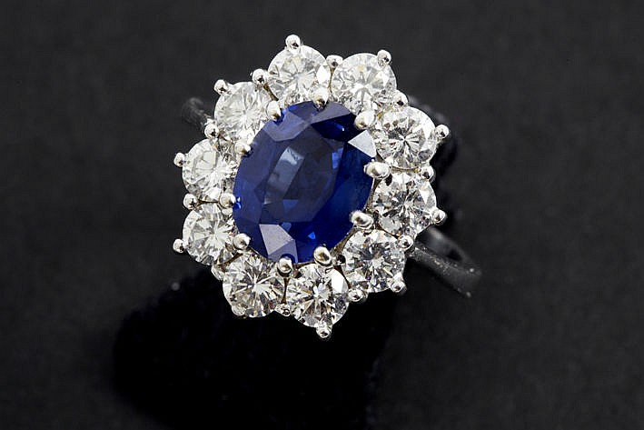 ring in white gold (18 carat) with an oval sapphire of ca 3 carat and ca 150 carat of very high quality brilliant