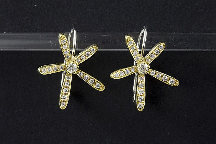 matching pair of earrings in white and yellow gold (18 carat) with ca 110 carat of very high quality brilliant