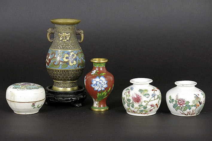 5 Chinese items with a pair of small vases and a lidded pot in porcelain