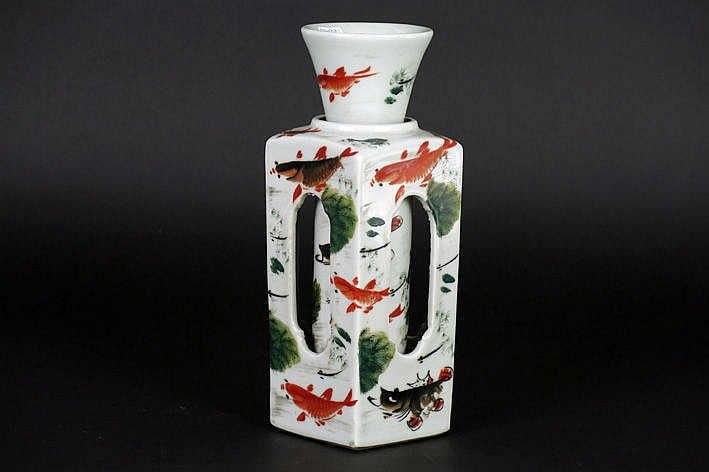rare Chinese vase in marked porcelain with a rotatable cylinder and a holder with a square base