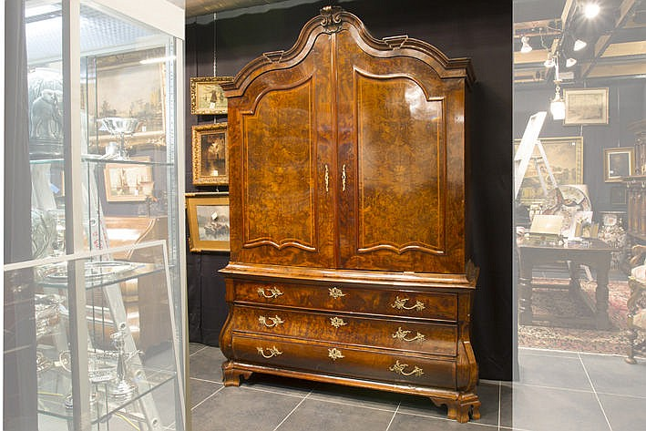 18th Cent. Dutch cabinet in burl of walnut and walnut