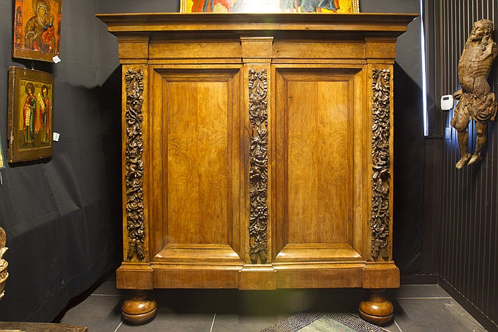 17th/18th Cent. European baroque rank cabinet in beautiful flamed walnut with 2 doors and a sober top - with finely sculpted festoons with small cupids - ca 1700