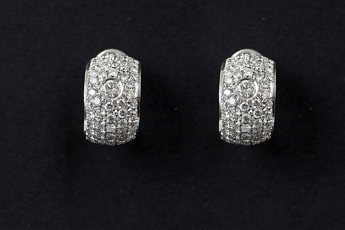 pair of earrings in white gold (18 carat) with ca 130 carat of very high quality brilliant