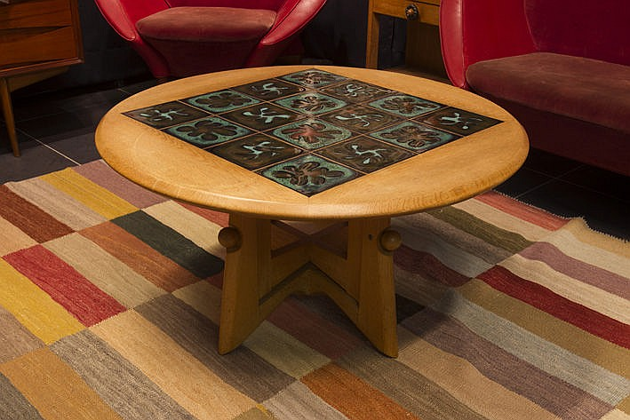 sixties' fancy table in oak with a height-adjustable round top with tiles in ceramic on a base with four triangular feet