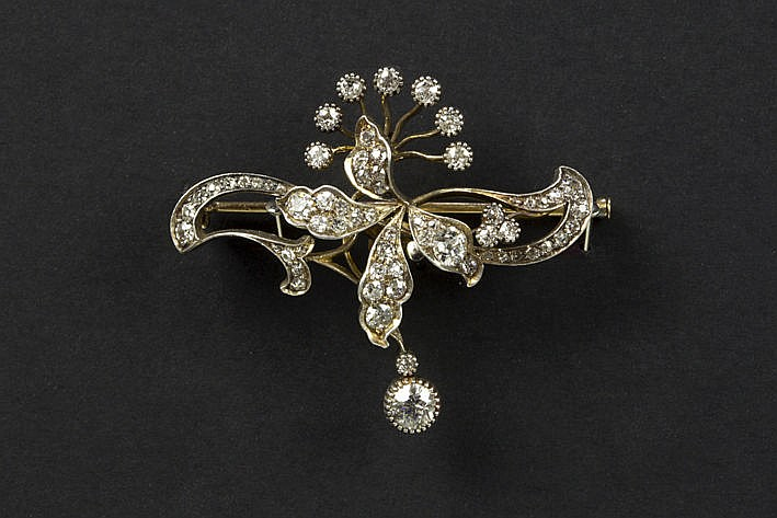 Art Nouveau whiplash style brooch in yellow gold (18 carat) with ca 320 carat brilliants in the typical cut of ca 1900