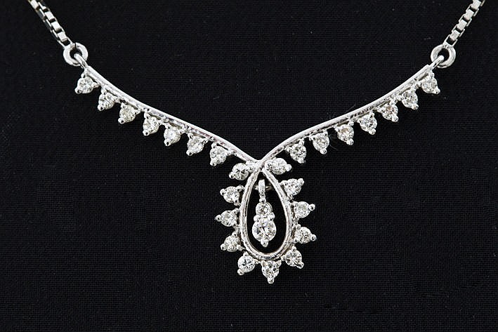 necklace in white gold (18 carat) with ca 090 carat of high quality brilliants