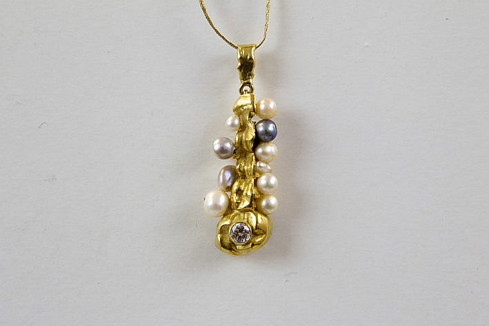 pendant in yellow gold (at least 18 carat) inserted with gray and white pearls