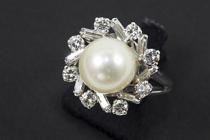ring in white gold (18 carat) with a pearl and ca 1 carat very high quality brilliant and diamond